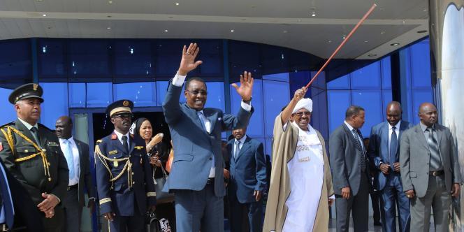 Le président soudanais Omar Al-Bachir avec son homologue tchadien, Idriss Déby, à Khartoum le 28 janvier 2015.