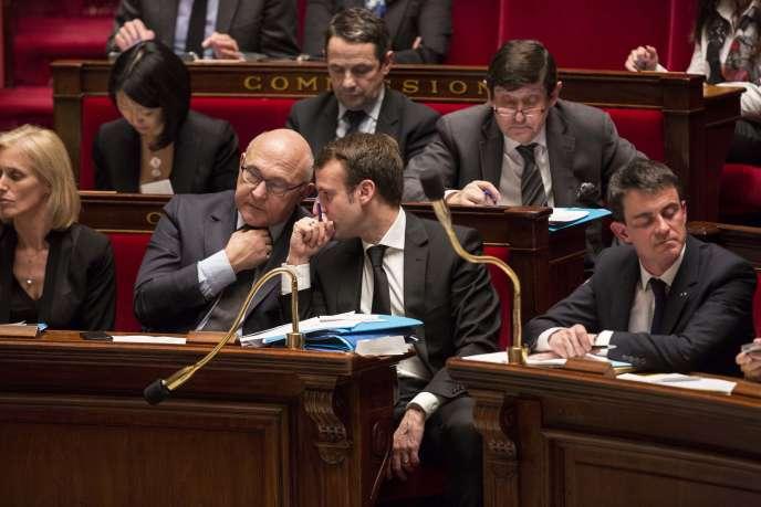 Les ministres des finances et de l'économie, Michel Sapin (à gauche) et Emmanuel Macron, sur les bancs de l'Assemblée nationale.