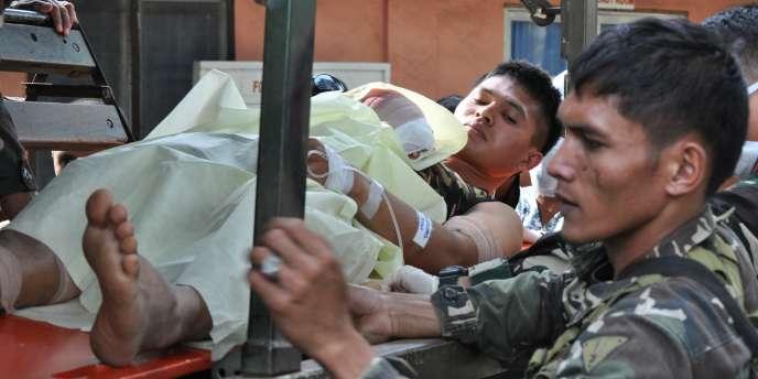 Un militaire philippin, blessé dans les combats avec les combattants d'Abou Sayyaf, est emmené vers un hôpital, le 25février.