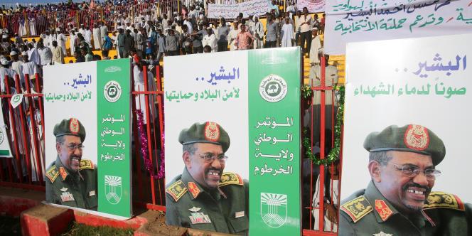 Des soutiens du président Omar Al-Bachir lors du premier meeting de sa campagne le 24 février 2015, à Khartoum.