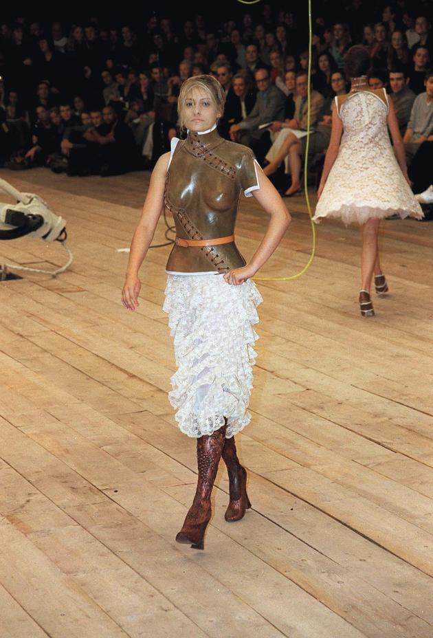 En 1998, déjà, l'athlète handicapée Aimée Mullins défilait pour Alexander McQueen avec ses prothèses de jambe.
