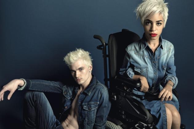 Jilian Mercado, rédactrice et mannequin aux cheveux peroxydés, souffre de dystrophie musculaire – ce qui ne l'empêche pas d'apparaître dans une campagne Diesel ou de se mettre en scène sur son blog de mode.