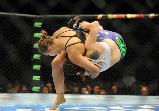Le harai-goshi de Ronda Rousey sur Alexis Davis le 5 juillet 2014 à Las Vegas.