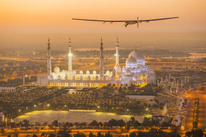 Solar Impulse 2 en vol de préparation au-dessus d'Abou Dhabi, le 26 février.