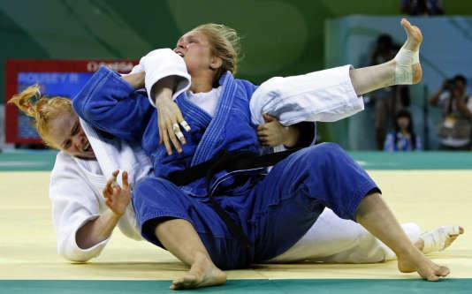 Ronda Rousey (en bleu), médaillée de bronze aux jeux olympiques de Pékin en août 2008.