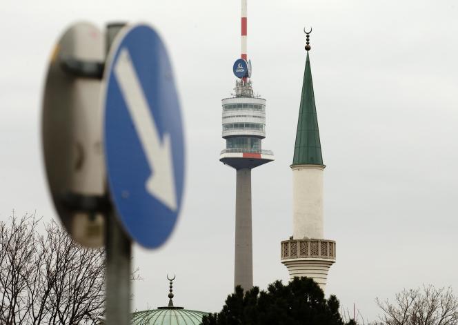 Le minaret d'une mosquée, près de la tour Donauturm, à Vienne, le 26 février.