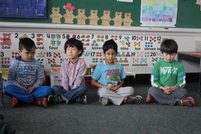 Contrôle de soi et travail en équipe, deux notions-clés du vivre-ensemble que le Canada promeut à l'école à travers des exercices de relaxation et de méditation.