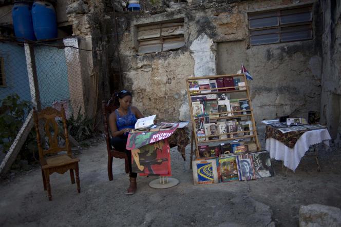 Une vendeuse de rue à La Havane, le 25 février 2015.