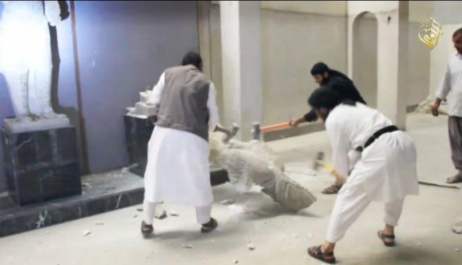 La vidéo diffusée le jeudi 26 février montre des hommes de l'Etat islamique détruisant des œuvres vieilles de plusieurs millénaires.