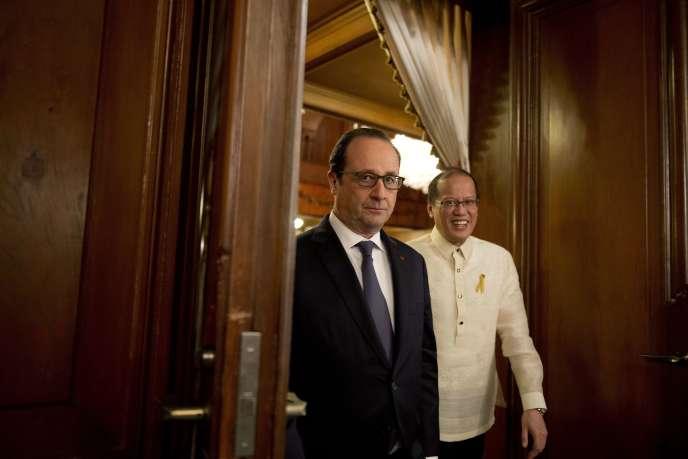 François Hollande et le président philippin, Benigno Aquino, le 26février à Manille.
