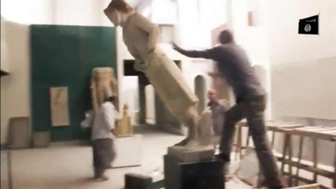 Extrait de la vidéo diffusée par l'Etat islamique, jeudi 26 février, montrant le saccage du musée de Mossoul.