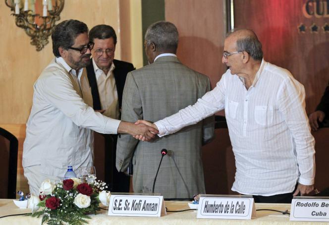 Ivan Marquez, le négociateur en chef des FARC (à gauche) et son homologue du côté du gouvernement colombien, Humberto de la Calle, le 27 février à La Havane.
