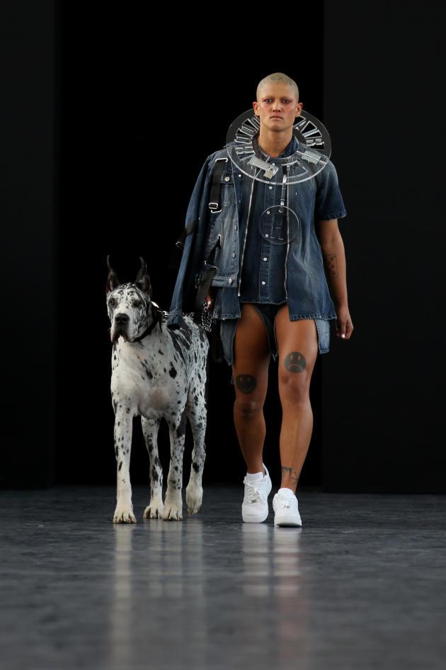 La performeuse américaine Boychild brouille les frontières entre les genres, le beau et le repoussant. Ainsi, elle n'hésite pas à s'enlaidir en s'affublant de lentilles blanches, perruques et tatouages étranges.