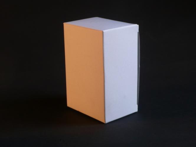 Cette boîte blanche est éclairée par deux sources dont les températures de couleur diffèrent. On perçoit deux teintes différentes.