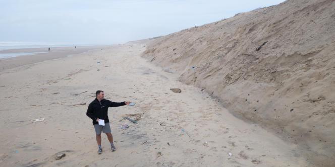 Hervé Cazenave, adjoint au maire de Lacanau, se situe là où se trouvait la dune il y a trois mois. Elle a perdu environ trois mètres cet hiver.