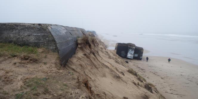 A Soulac, ce blockhaus a fini par tomber de la dune. Au loin, on en aperçoit d'autres initialement construits à 200 mètres de la mer. Aujourd'hui, il ne sont plus visibles qu'à marée basse.