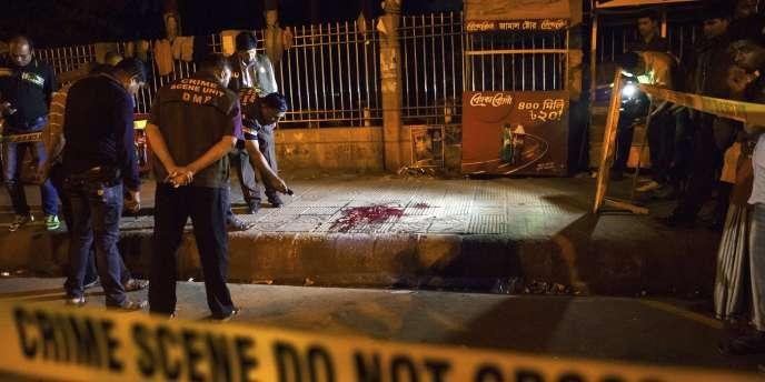 La police enquête sur les lieux de l'attaque, le 26février, à Dacca.