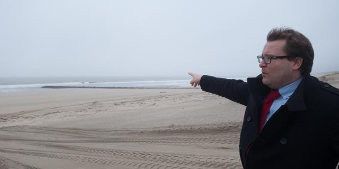 Frédéric Boudeau, directeur de la communauté de communes de la pointe du Médoc, sur la plage de Soulac, où un épi a été renforcé pour contenir le sable.