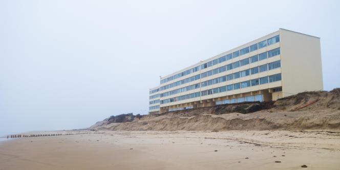 Le Signal à marée basse. Construit à Soulac, cet immeuble n'a plus que 12 mètres de dune devant lui. Ses habitants ont été évacués le 29 janvier 2014.