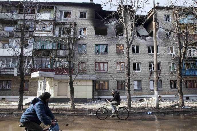 Dans les rues de Debaltseve, dans l'est de l'Ukraine, ville martyre des combats qui ravagent le pays.