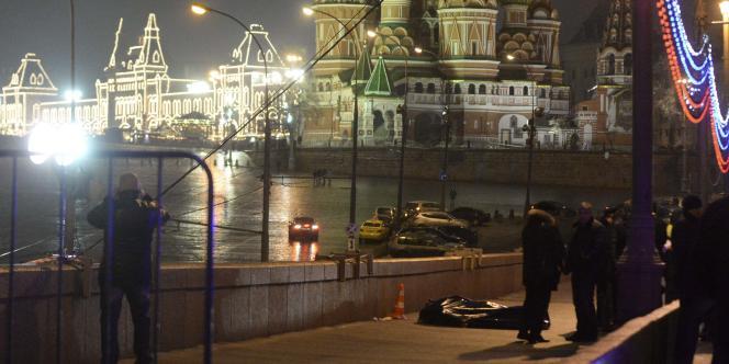 Le corps de Boris Nemtsov, assassiné vendredi 27février à Moscou, face à la cathédrale Saint-Basile-le-Bienheureux.