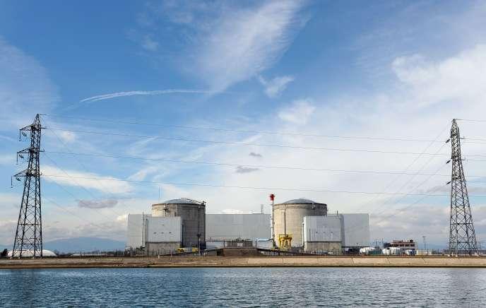 La centrale nucléaire de Fessenheim, implantée en bordure du grand canal d'Alsace.