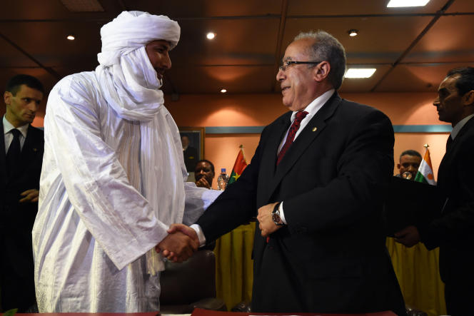 Bilal Ag Acherif, le secrétaire général du MNLA, et Ramtane Lamamra, le ministre des affaires étrangères de l'Algérie, le 19février à Alger.