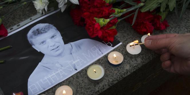 Des bougies déposées en hommage à Boris Nemtsov, samedi, à Moscou.
