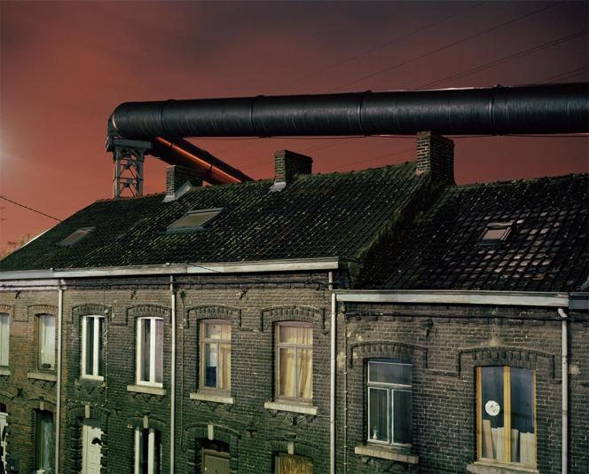 Légende de l'image sur le site du World Press Photo : « Des gazoducs passent au-dessus des habitations près d'une ancienne aciérie, à Charleroi. Ces tuyaux étaient en service avant l'électrification du haut-fourneau. »