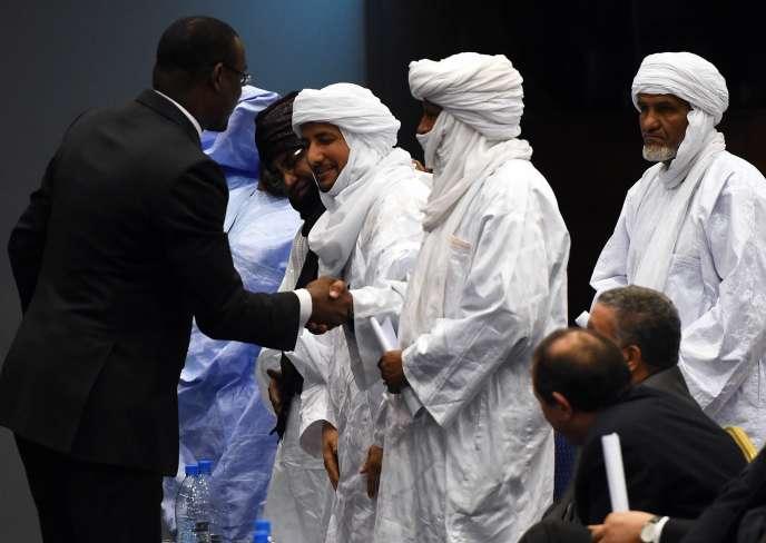 Le ministre malien des affaires étrangères, Abdoulaye Diop, avec des représentants de groupes rebelles, le 1ermars, à Alger.