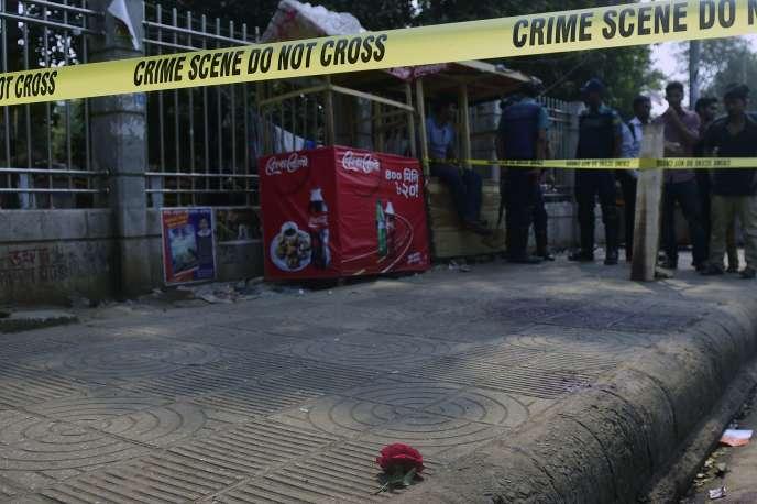 Sur les lieux de l'attaque contre le blogueur Avijit Roy, à Dacca le 27 février.
