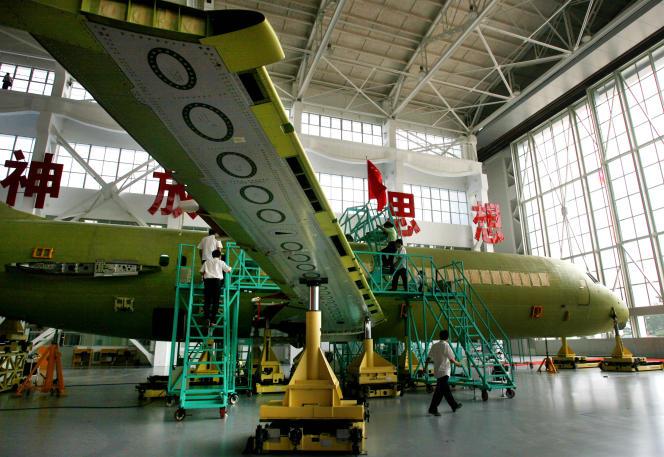 Un ARJ-21, premier avion régional bimoteur produit en série par la Chine, en construction à Shanghai.
