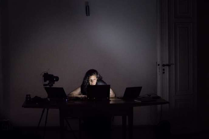 Laura Poitras lors du montage de son documentaire,