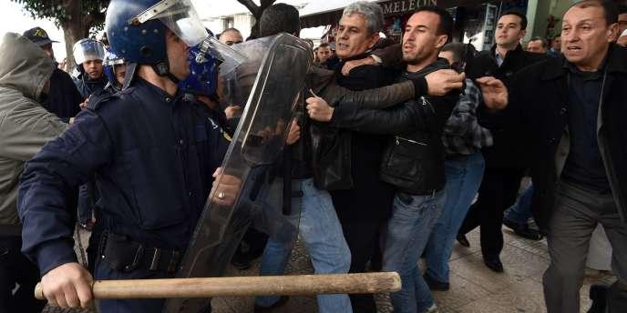 Lors d'une manifestation contre l'exploitation du gaz de schiste, à Alger le 24 février.