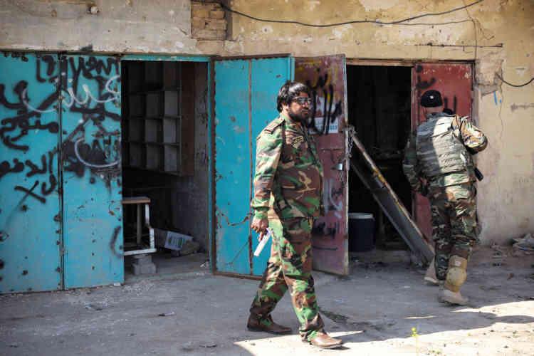 La Mobilisation populaire a repris le contrôle des villes aux alentours de Tikrit  afin de planifier au mieux la reconquête de la ville. Ici, chaque maison est fouillée.