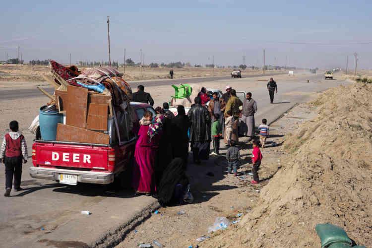 Près de Samarra, les milices croisent des réfugiés qui tentent de rejoindre leur domicile, quitté l'été dernier avec l'arrivée de l'EI.