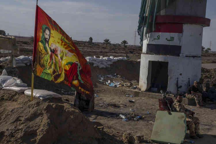 En Irak, sur la route entre Samarra et Tikrit, les miliciens de la mobilisation populaire contemplaient depuis des mois, sans la franchir, la porte sud de l'entrée de la ville de Tikrit, où débutait le territoire de l'Etat islamique.
