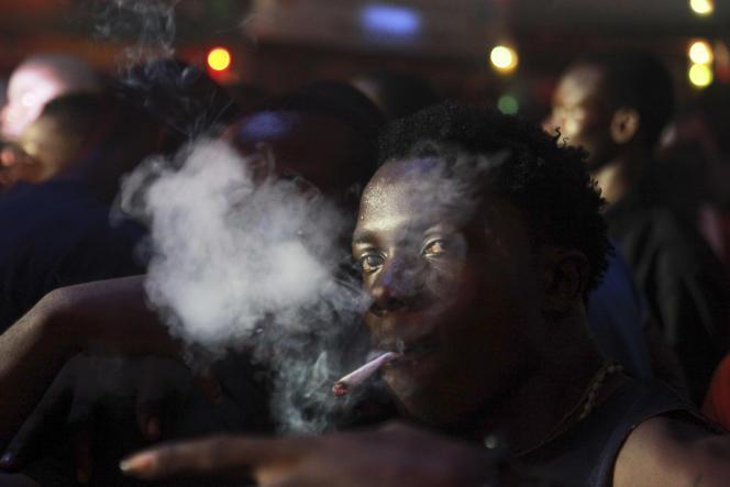 Un homme fume de la marijuana, au Nigeria en 2012.