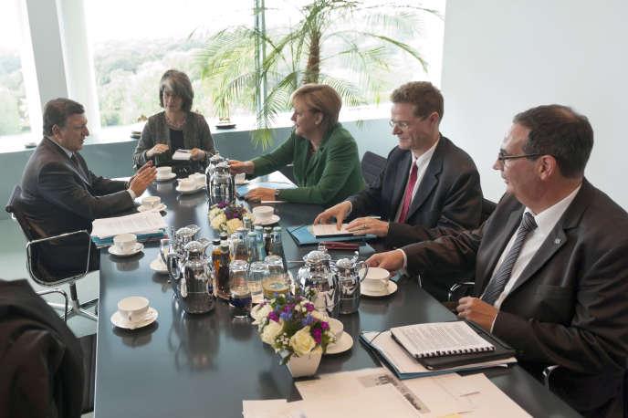 Nikolaus Meyer-Landrut, assis à gauche d'Angela Merkel, lors d'une réunion avec José Manuel Barroso (à gauche) sur la crise de la zone euro, en septembre 2011, à Berlin.
