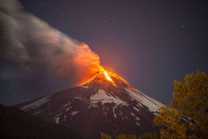 Les autorités locales ont fait retentir les sirènes juste avant que ne s'écoule la lave du cratère du volcan, situé près de la ville de Temuco, à environ 800 km au sud de Santiago.