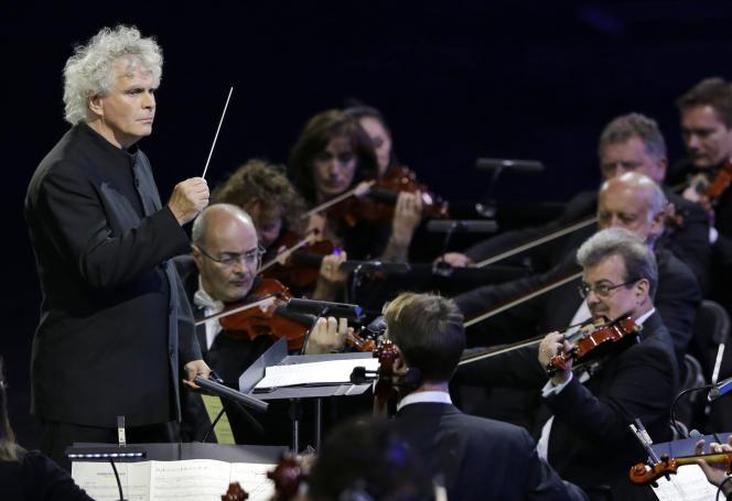 Le chef d'orchestre britannique Simon Rattle lors de la cérémonie d'ouverture des Jeux olympiques d'été à Londres, le 27 juillet 2012.