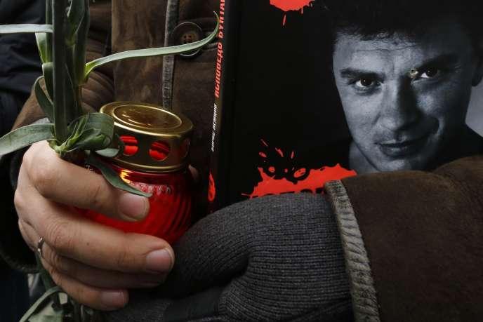 Des proches de Boris Nemtsov ont indiqué que l'opposant était en train de préparer un rapport sur la présence de soldats russes dans l'est de l'Ukraine, alors que Moscou a toujours nié toute implication de ses troupes aux côtés des séparatistes.