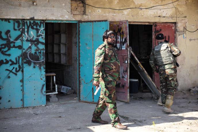Des miliciens chiites patrouillent dans Mkeishfa, à 150 kilomètres au nord de Bagdad.