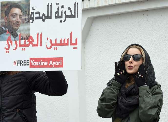 Manifestation en faveur du blogueur Yassine Ayari, le 24 février 2015, devant le tribunal militaire de Tunis.