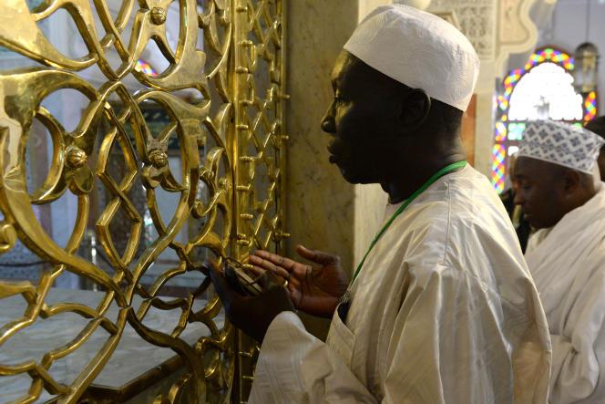 Un membre de la confrérie tijanya se recueille devant le tombeau du fondateur  Cheikh Ahmed Tidjane Chérif, à Fès le 14 mai 2014.
