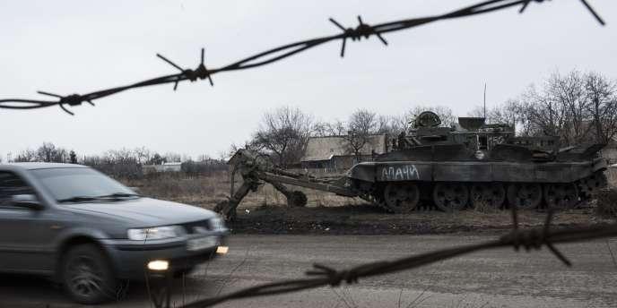 Le cessez-le-feu a de nouveau été violé dans l'est de l'Ukraine, où trois soldats gouvernementaux ont été tués, et neuf autres, blessés, au cours des dernières vingt-quatre heures, a-t-on appris mardi3mars de source militaire ukrainienne.