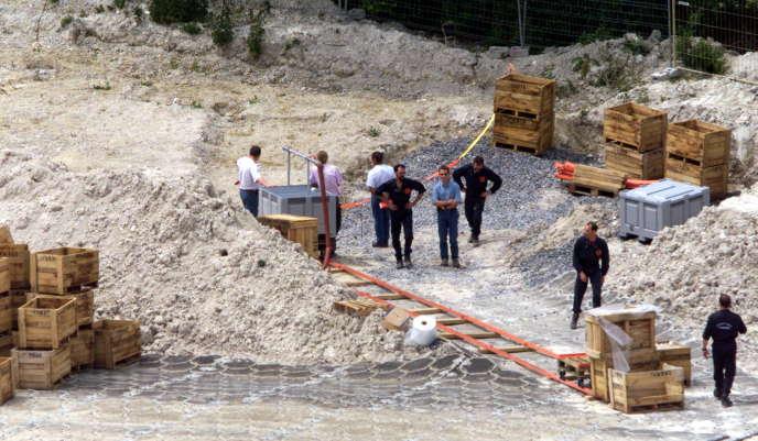 Des démineurs neutralisent 9 000 obus datant de la première guerre mondiale, le 5 juin 2001 à Le Châtelet-sur-Retourne (Ardennes).