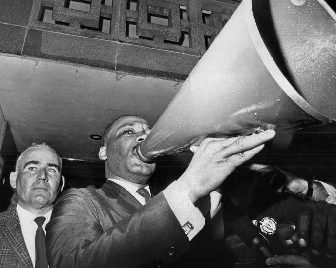 Le 17 mars 1965, Martin Luther King utilise un mégaphone pour s'adresser aux manifestants rassemblés au palais de justice de Montgomery (Alabama).