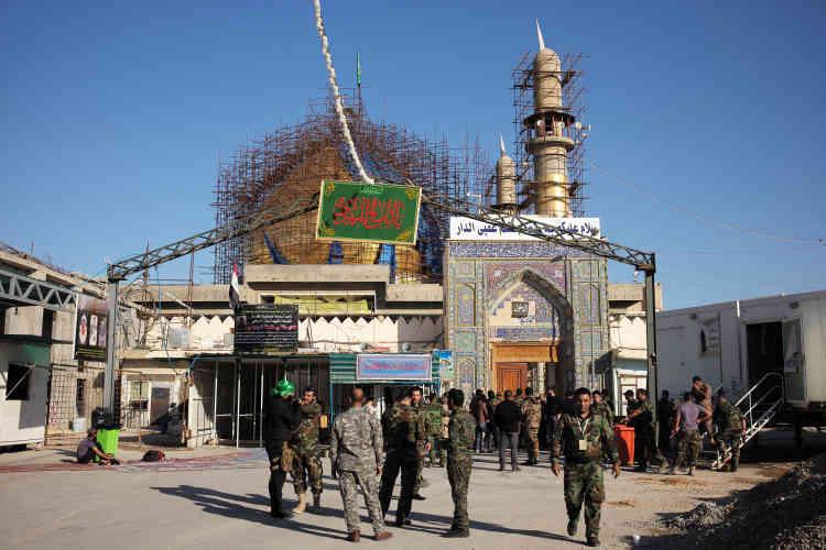 A Samarra, les combattants du mouvement chiite Hachid Chaabi, ou Mobilisation populaire, à la grande mosquée Al-Mutawakkil, attendent le feu vert de l'offensive.