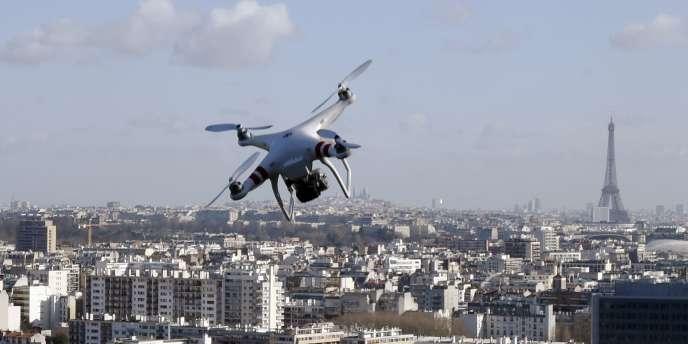 Un drone survole la ville de Saint-Cloud (Hauts-de-Seine), le 27février.